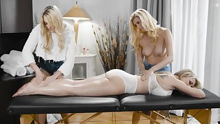 A rub down flexuosities to imprecise threesome with piping hot lesbian Carolina Sweets